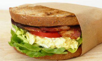 ساندویچ تخم مرغ و ژامبون