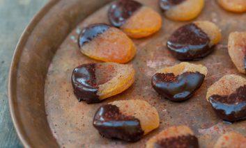 زردآلوی ادویهدار با روکش شکلات تلخ
