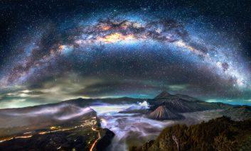 درخشش سحرآمیز کهکشان راه شیری در نوک کوهستان فوجی