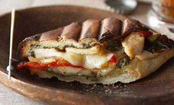 ساندویچ مرغ با سس پستو