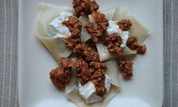دامپلینگ افغانی با گوشت بره و سس ماست