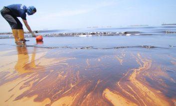 نشت کُشنده نفت در شهر بندری بورنئو!