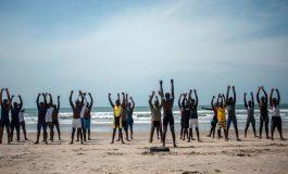 غریق نجاتهای غنا به جنگ جزر و مد میروند