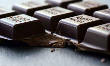 خوردن شکلات تلخ ممکن است باعث بهبود بینایی شود!