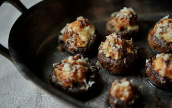 طرز تهیه قارچ شکمپر با سوسیس و خامه