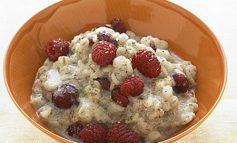 طرز تهیه جو گرم و آلبالو خشک برای صبحانه
