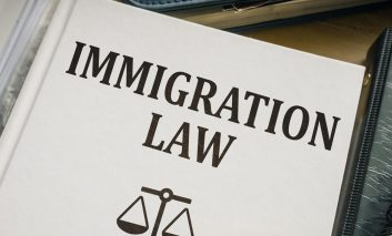 میخواهید مهاجرت کنید؟ وکیل را فراموش نکنید