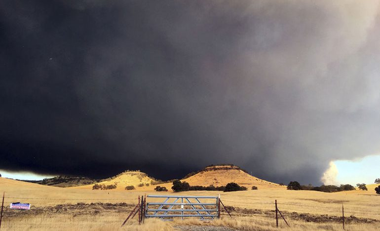 A-Wind-Whipped-Wildfire-Ravages-Paradise,-California-(10)