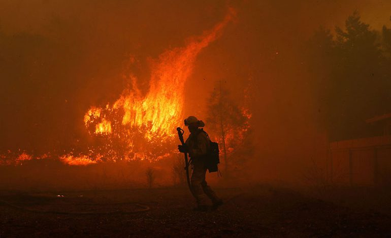 A-Wind-Whipped-Wildfire-Ravages-Paradise,-California-(15)