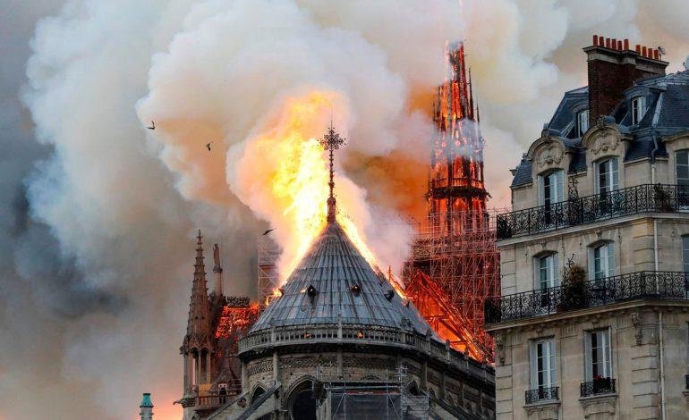آتش سوزی مهیب در کلیسای نوتردام پاریس
