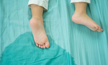 دلایل شب ادراری در کودکان: چه موقع باید نگران بود و درمان آن چیست؟