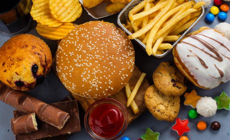 خوردن فست فود به طور دائم میتواند منجر به کوری در نوجوانان شود